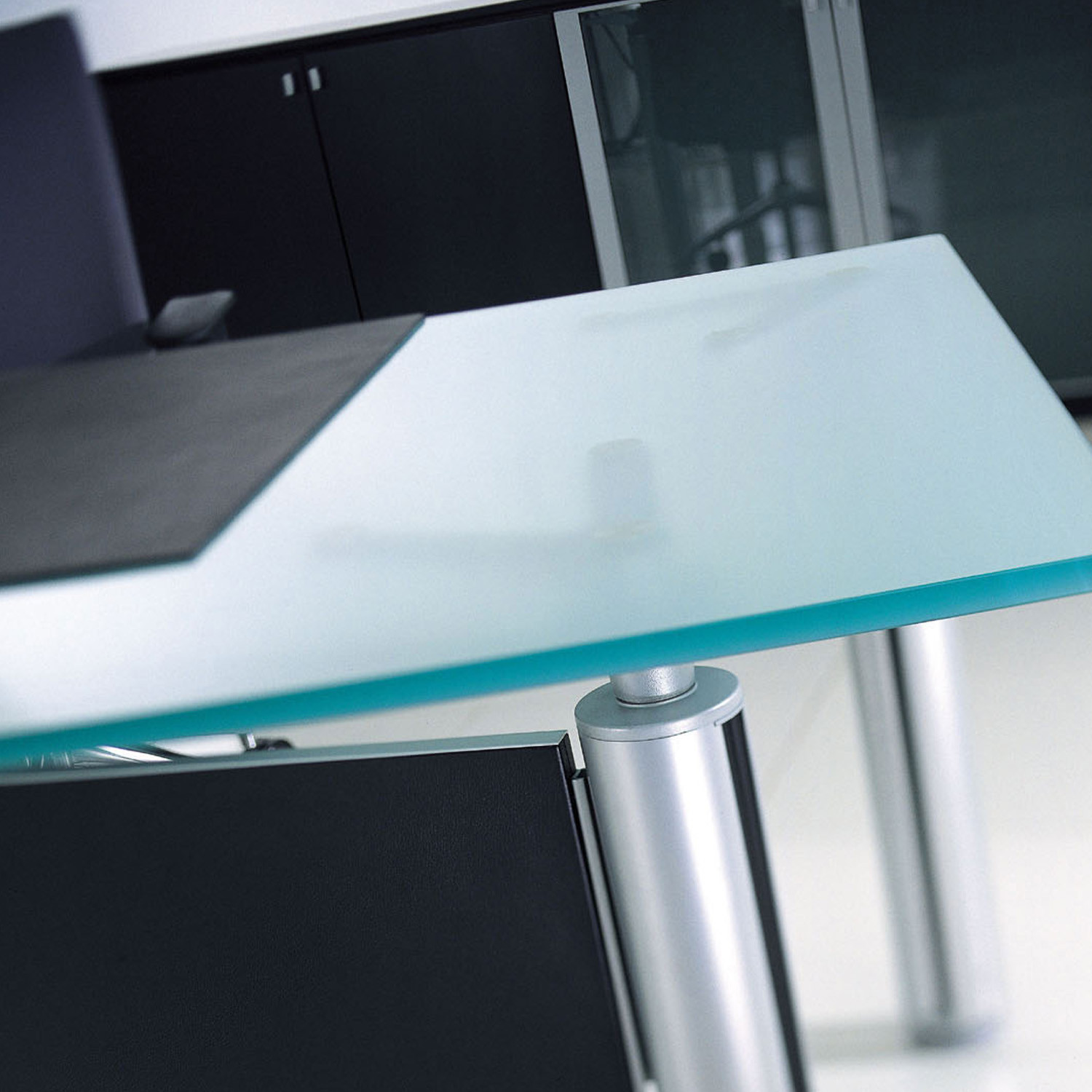 Forma Kristall Executive glass desktop detail