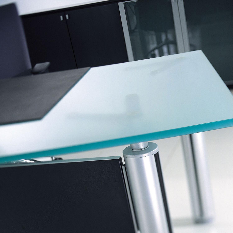 Forma Kristall Executive glass desktop detail